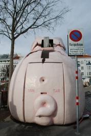 Glücksschwein-Bankomat vor Admiral-Casino hintern
